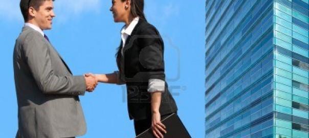 13686655-pareja-de-jovenes-empresarios-de-dar-la-mano-en-el-exterior-tratan